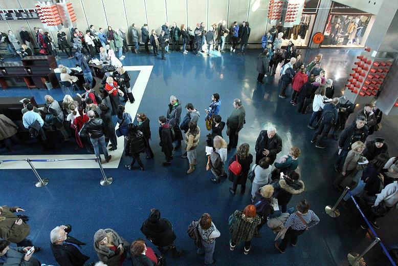 Стотина луѓе чекаа во ред: За два дена во Белград продадени 15.000 карти за ФЕСТ