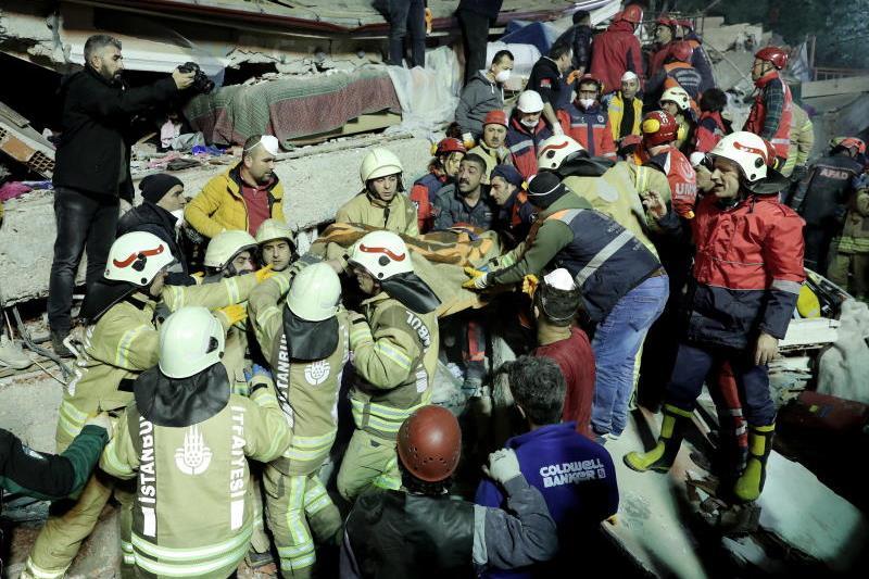 Моментот на смртоносното уривање на зградата во Истанбул