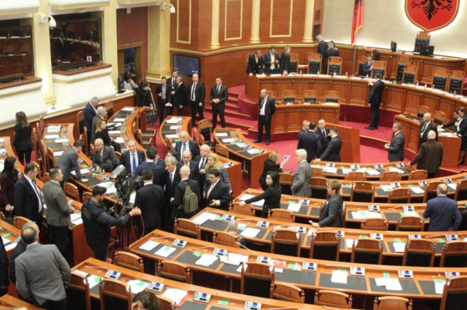 Времето на зборови заврши: Албанската опозиција го напушта парламентот