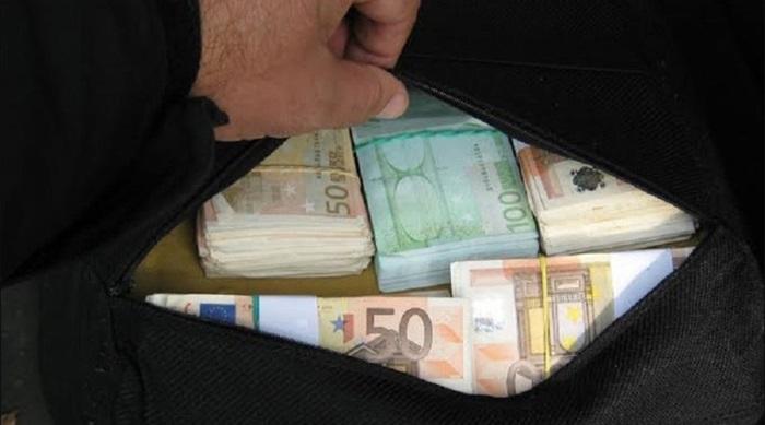 Мистериозен добротвор дели вреќи со пари