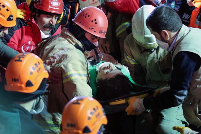 Расте бројот на жртвите во Истанбул: Под паднатата зграда пронајдено уште едно тело