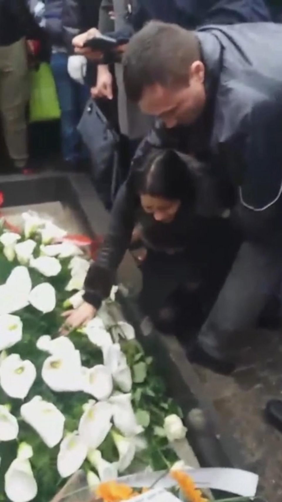Пејачката падна на колена пред ковчегот на Шабан: Од солзи не можела да дојде до воздух