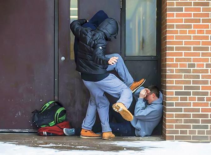 Три момчиња извршиле насилство врз цимерот