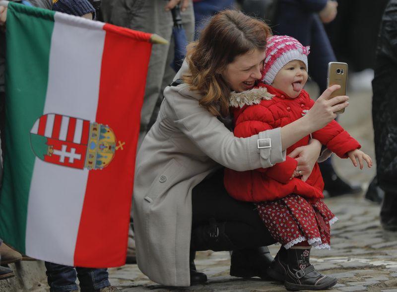 Орбан ги ослободи мајките од плаќање даноци и кредити за да раѓаат повеќе деца