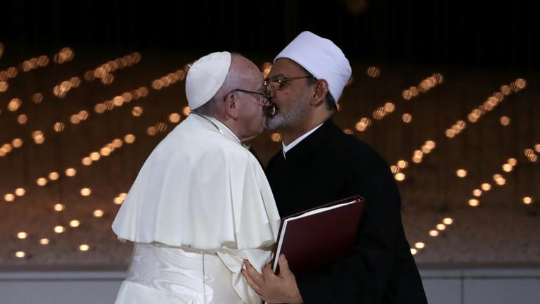 Папата Франциск и шеикот Ахмед Ал Тајеб се бакнаа в уста и повикаа на светски мир