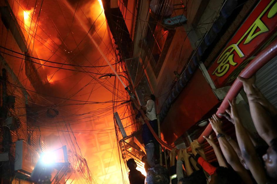 Во пожар во зграда изгореа најмалку 70 луѓе