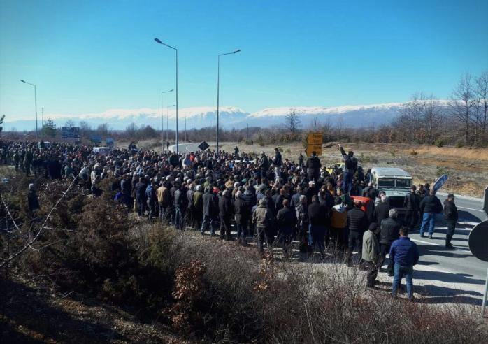 Незадоволството кулминира: Јаболкопроизводителите од Преспа излегоа на протест
