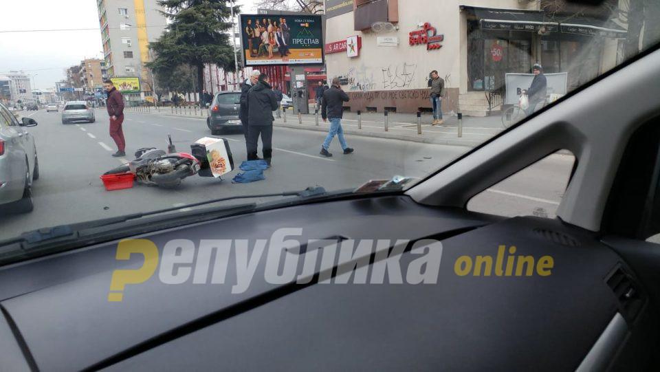 Сообраќајка во центарот на Скопје, настрадал доставувач на храна со мотоцикл
