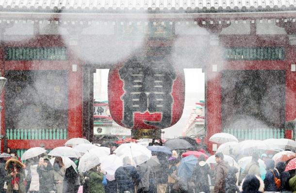 Леден зимски бран во Токио откажа повеќе од сто летови