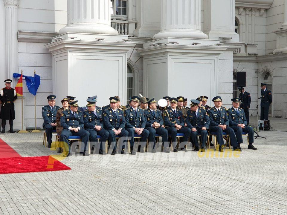 ВО ЖИВО: Церемонија на подигање на знамето на НАТО пред Владата