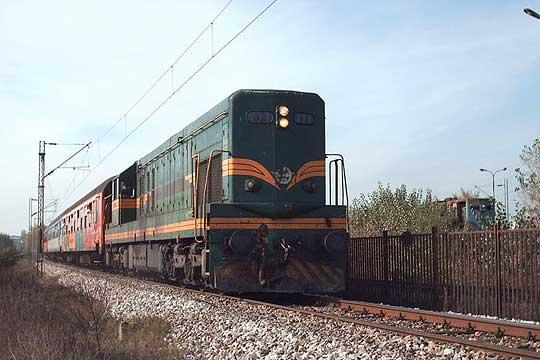 Воз удрил во трактор на пругата кај Кондово