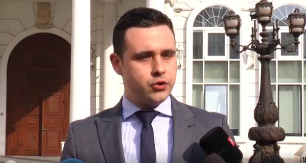 """""""Манулаќ"""" во ВМРО-ДПМНЕ пречекан со """"Нешто ќе те питам, бабо"""""""