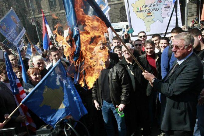 Шешељ запали знамиња на ЕУ и НАТО во центарот на Белград