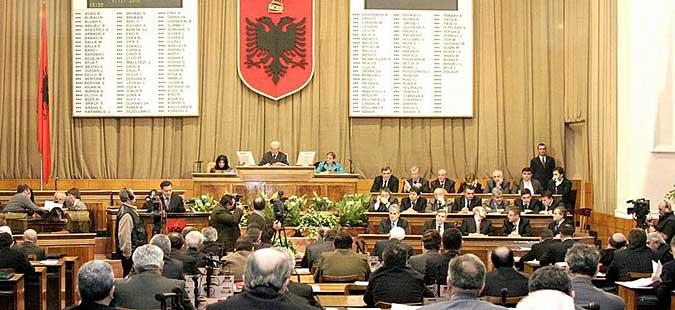 Тензично пред албанскиот Парламент