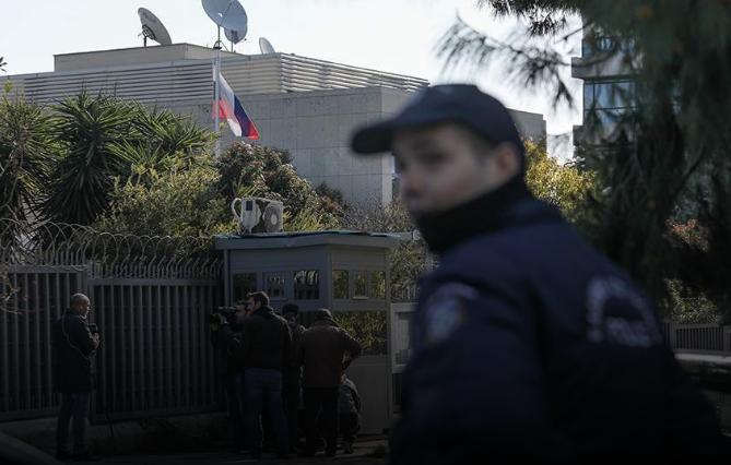 Рачна бомба фрлена пред руската амбасада во Атина