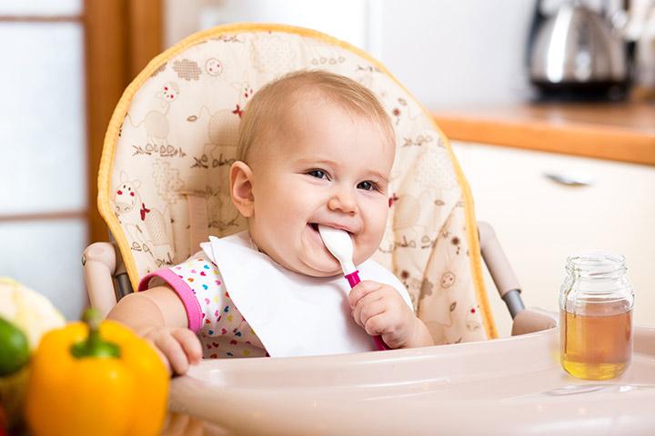 Знаци кога вашето бебе е подготвено да јаде поцврста храна