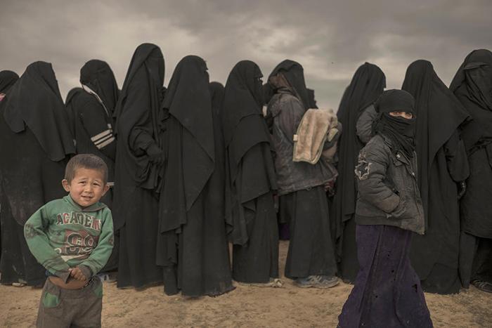 Џихадистки малтретираат жени во бегалските кампови: Им се закануваат на децата, им ги палат шаторите и ги викаат невернички