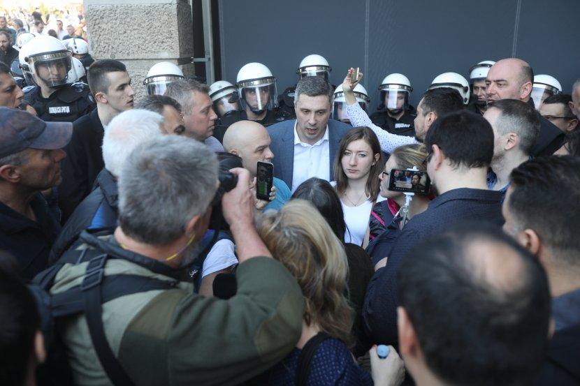 (Во живо) Демонстрантите ја пробија оградата пред Претседателството, Вучиќ внатре игра шах со Стефановиќ