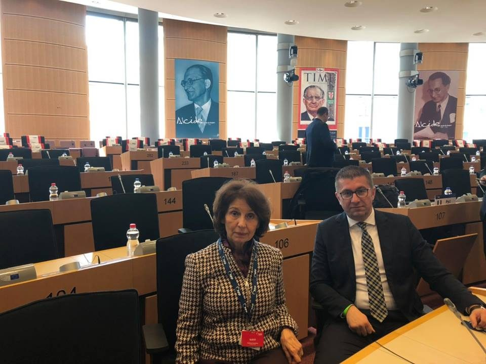 Мицкоски со професорката и идна претседателка на Република Македонија на политичкото собрание на ЕНП
