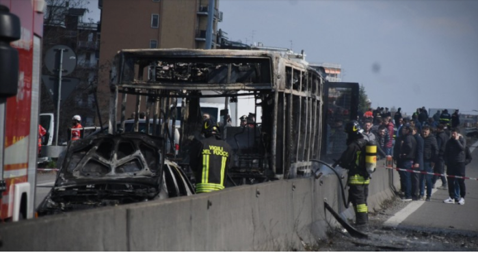 Го запрел возилото и го полил со бензин: Мигрант запали автобус полн со деца