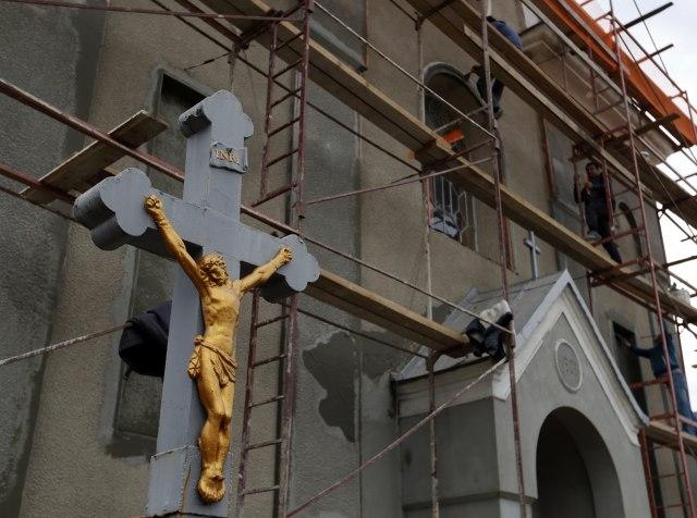 Црква во Хрватска постави крст со фетуси кои крварат