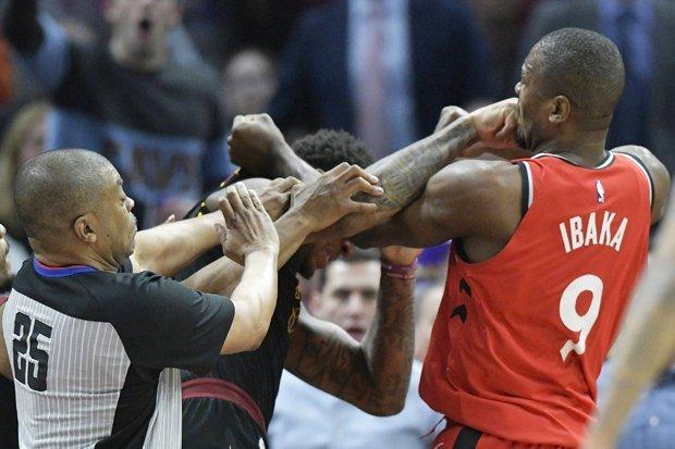 Трета тепачка сезонава за Ибака: Центарот на Торонто со тупаници нападна противнички играч