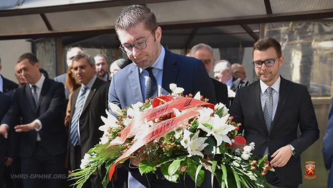 Мицкоски положи свежо цвеќе по повод 76 години од депортацијата на македонските Евреи