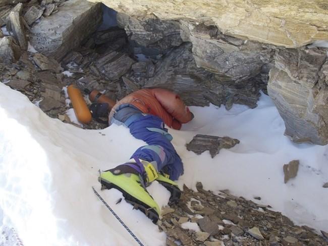 Загинаа тројца планинари на Монт Еверест поради метеж на врвот