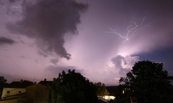 Силно невреме ја зафати Хрватска: Паѓале дрва на улиците, снемало и струја