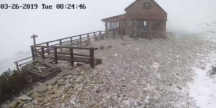 Вее снег во Брач: Вклучен црвен аларм во регионот