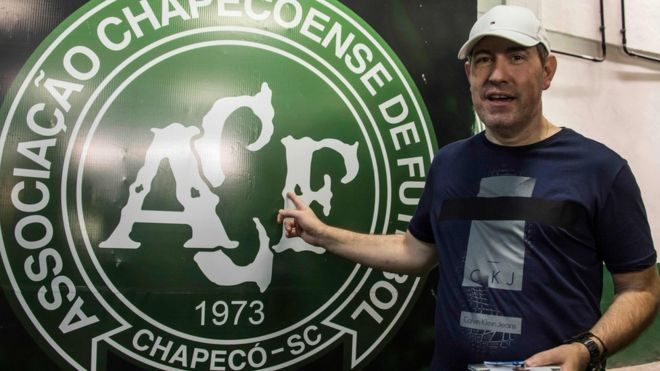 Новинарот кој го преживеа падот на авионот на Чапекоенсе почина од срцев удар