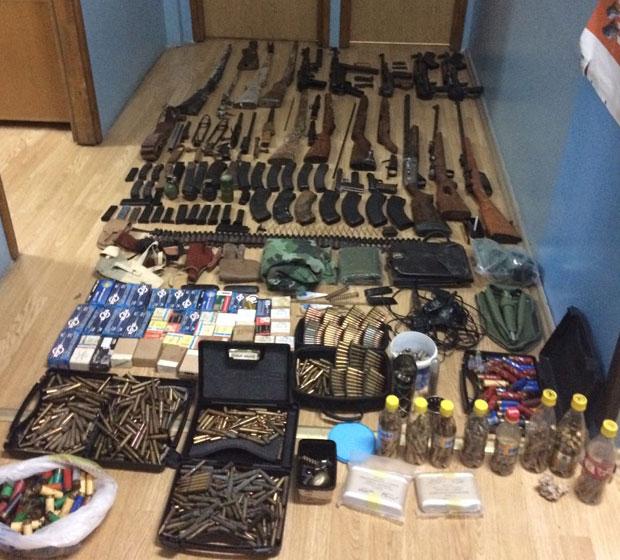 Во домот на штипјанец пронајден цел арсенал со оружје