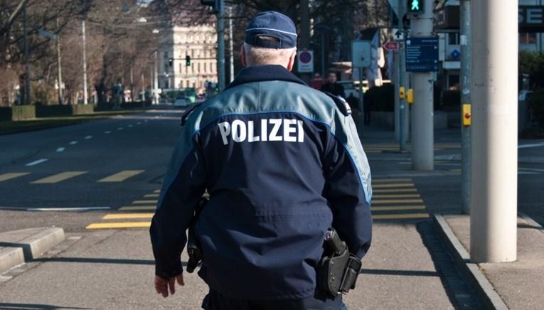 Хорор во Швајцарија – среде улица старица со нож до смрт избодела дете