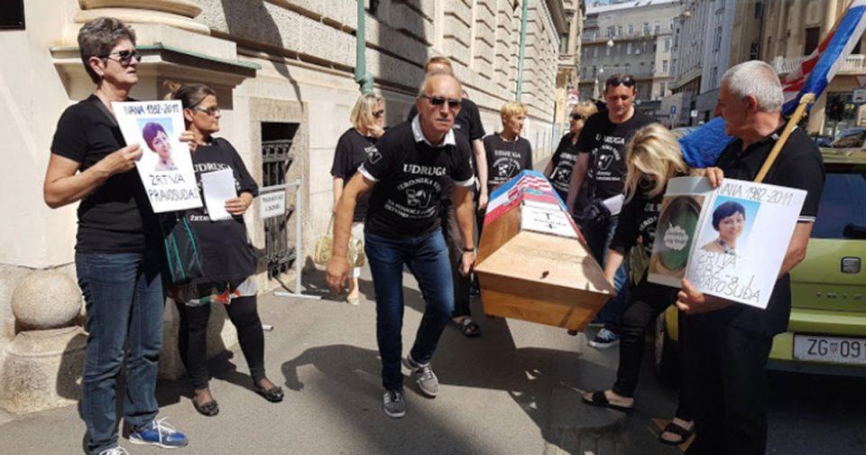 """Протести со ковчези во Загреб како предупредување за """"смртта на правдата"""""""