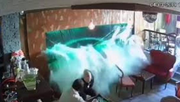 И ова се случува: Пукна голем аквариум во кафуле