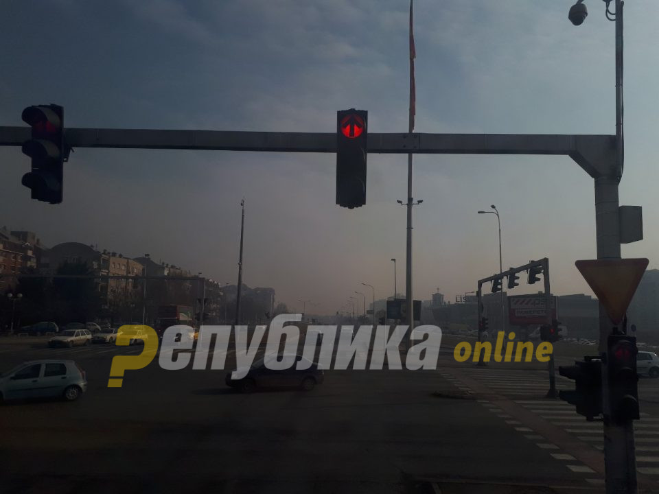 Скопјанец извадил секира на семафор, сакал да нападне момчиња на мотор
