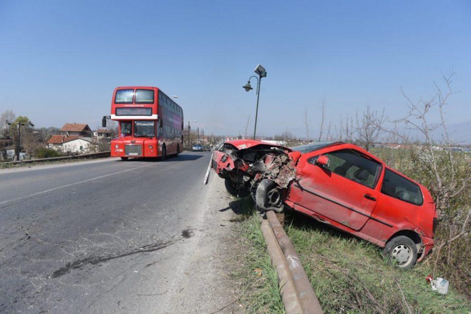 Автомобил се излизгал, удрил во дрво и висел покрај патот на смртта