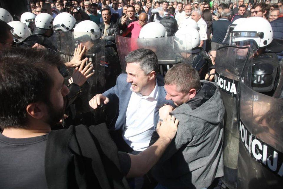 Судир меѓу демонстрантите и Жандармеријата пред Претседателството на Србија