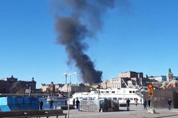 Експлодира автобус, возачот повреден, црн чад над градот