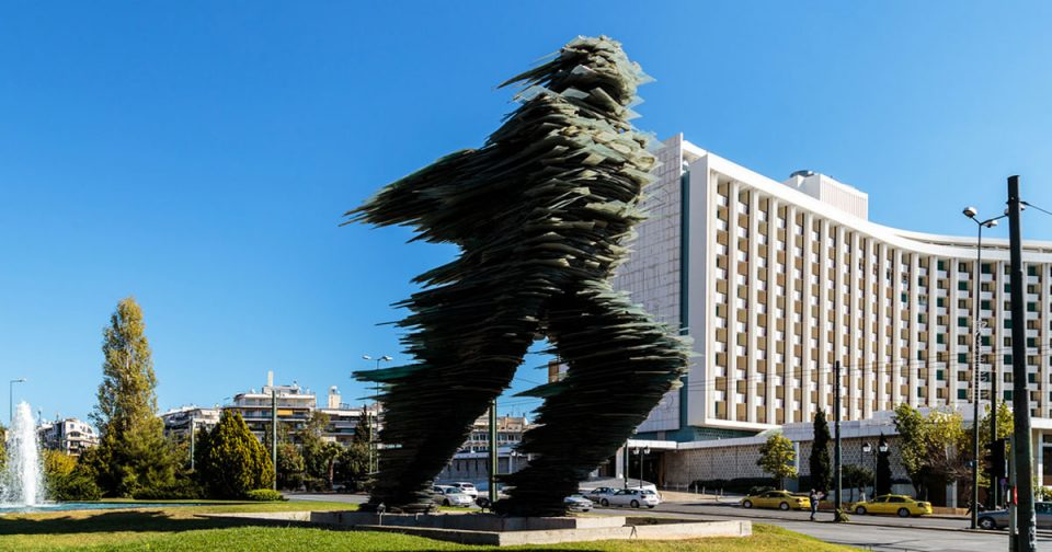 """Мицотакис порача: Не го даваме """"Тркачот"""" за кич споменикот на Александар Велики"""