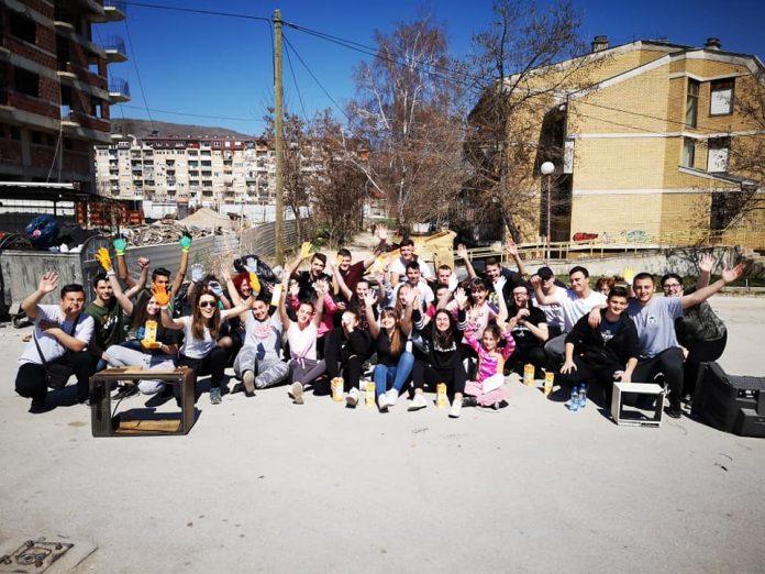 Професорка и ученици чистат депонии низ Битола, класната од својата плата купува вреќи и ракавици