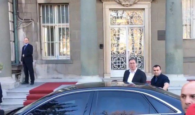 Од главниот влез, во службена кола: Вучиќ ја напушти зградата на Претседателството
