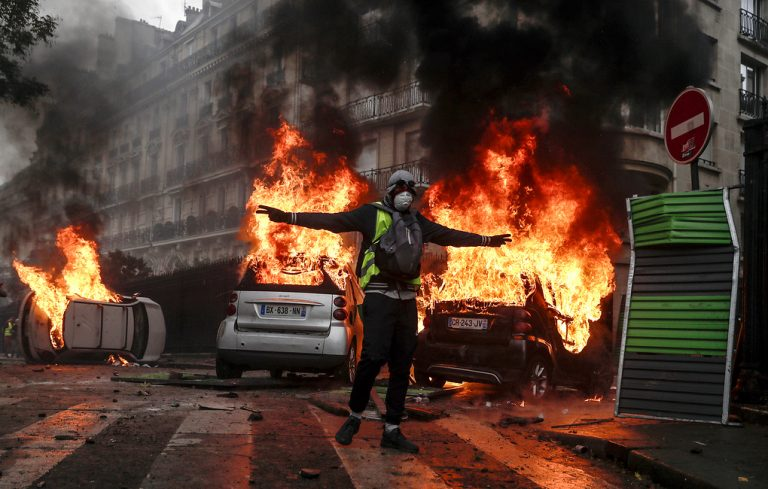 """""""Жолтите елеци"""" повторно на улиците, судири во неколку градови"""