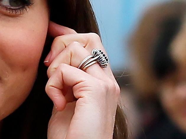 Зошто Кејт Мидлтон носи 3 прстени на домалиот прст?