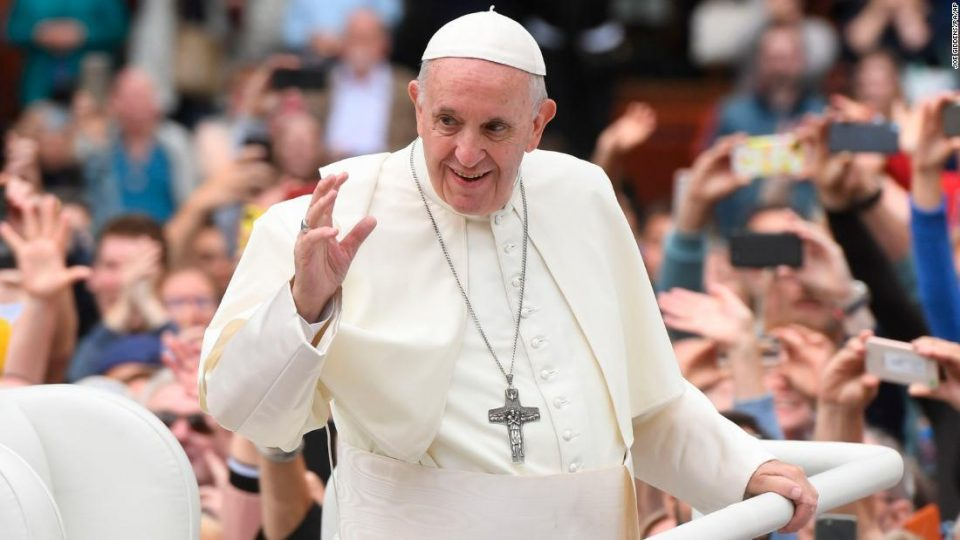 Папата побара да не озборуваме, било полошо и од короната