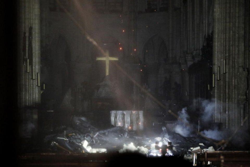 Крстот во Нотр Дам стои исправен по пожарот