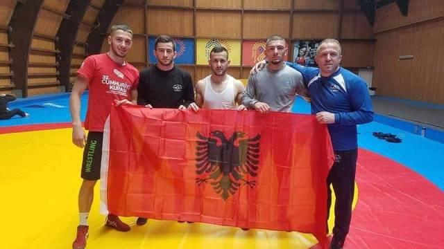 На Европско првенство во борење во Романија, нашиот селектор и репрезентативецот се сликаа со знаме на Албанија