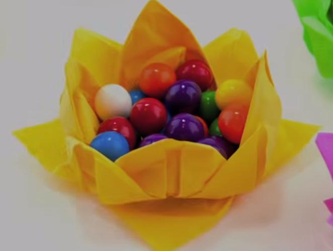 Цвет-салфета како кошничка за велигденски јајца