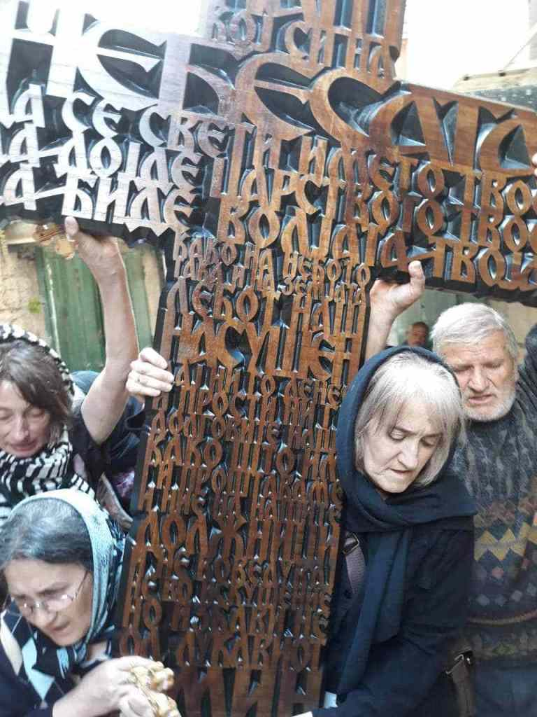 Струмичани во Ерусалим подарија крст со молитва испишана на македонски јазик