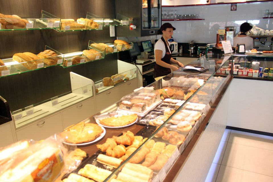 """Две лица ограбиле пекара во Карпош: Едниот """"разгледувал"""", другиот ја испразнил касата"""